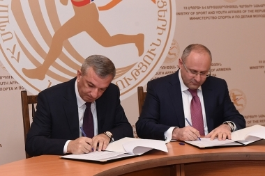 Coordinator of the Social Housing Project of the RA Ministry of Sport and Youth Affairs Arsen Karamyan and 'ARARATBANK' OJSC Executive Director Ashot Osipyan signed a memorandum of cooperation at the RA Ministry of Sport and Youth Affairs - Photolure News Agency