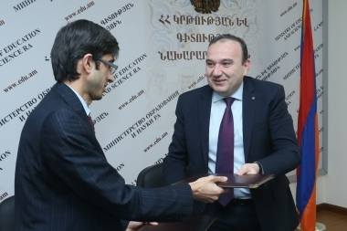 RA Minister of Education and Science Levon Mkrtchyan and head of 'Civilitas' NGO Alexander Shagafyan signed a memorandum on cooperation at the RA Ministry of Education and Science - Photolure News Agency