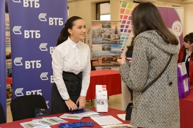 'Nur Expo' company joint with the Municipality of Yerevan organized 'Banks, Investment and Credit Organizations' exhibition which aims to present the achievements of the Armenian banking system, new credit and investment programs and their accessibility - Photolure News Agency