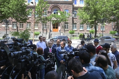 Member of 'Elq' Alliance Nikol Pashinyan gave a press conference in front the of the RA Central Electoral Commission - Photolure News Agency