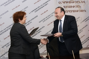 RA Minister of Education and Science Levon Mkrtchyan and Executive Director of 'Media initiatives Center' Nune Sargsyan signed a memorandum of understanding at the RA Ministry of Education and Science - Photolure News Agency