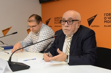 Ambassador Extraordinary and Plenipotentiary Arman Navasardyan and political scientist, expert on Israeli issues Karen Veranyanon spoke about the the results of the RA Foreign Minister's official visit to Israel at Sputnik Armenia press center - Photolure News Agency