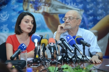 Member of 'Elq' faction of the City Council Zaruhi Batoyan and head of the RA Consumers' Association Armen Poghosyan are guests in Henaran press club - Photolure News Agency