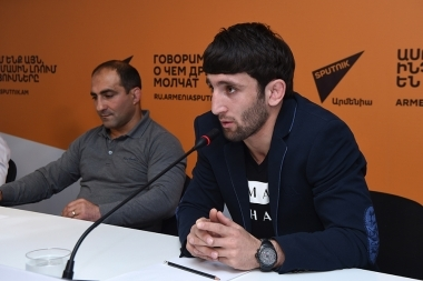 Head coach of Armenia's freestyle wrestling team Armen Mkrtchyan, European Championship bronze medalists Volodya Frangulyan and Grigor Grigoryan are guests in Sputnik Armenia press center - Photolure News Agency