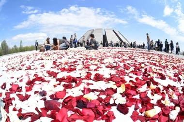 Traditional flower collecting ceremony took place at the Armenian Genocide memorial complex - Photolure News Agency
